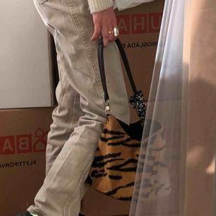 Sjukt fin och rymlig vintageväska i tigermönster! Bra skick!