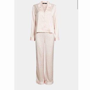 Fin pyjamas ifrån bikbok!!🥰 Säljer då jag fick den i julkapp och jag redan hade en likadan och hann inte lämna tillbaks den. Den är mjuk och skön och perfekt mysa i hemma!! 💕 frakten ingår i priset och betalning sker via swish😊