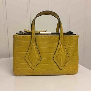 Zara väska, helt oanvänd. 299kr plus 70kr frakt. Prutat och klart.
