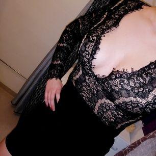 En tajt fin klänning med överdel i spets, från märket Boohoo. Storlek Small med dragkedja i ryggen. Aldrig använd! Säljer enbart nya kläder använda max 1 gång. Se även mina andra annonser! Startar budet på 40 kr, frakt 50 kr.