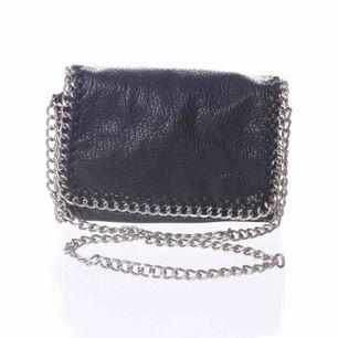 INTRESSEKOLL🌾🌿 Är någon intresserad av att köpa en likadan väska som på bilden?(Från tiamo) Hakarna där väskbandet sätts på är lite rostiga på den väska jag möjligen kommer att sälja så priset kommer därför vara rätt så lågt!!✨