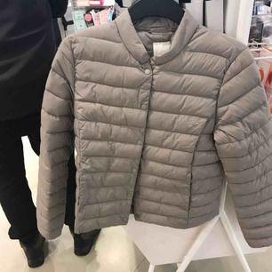 Har två likadana sånna här jackor från H&M som behöver hitta ett nytt hem!🥺 En av dem är i storlek 36 och den andra i storlek 34! Den i storlek 36 har prislappen kvar och den i storlek 34 är väldigt  sparsamt använd!!✨ Frakten delar vi på!!