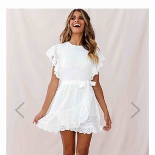 Säljer denna fina klänning! Perfekt till sommaren eller studenten☺️ Köpt för 800 & den är endast provad! 💓