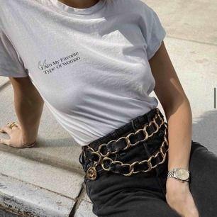 """""""I am my favorite type of woman"""" Ge dig själv lite kärlek i alla hjärtans dag i denna T-shirt från Essence Of A Woman."""
