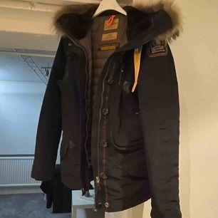Säljer min Parajumper jacka som mest hängt i garderoben o tagit plats. Väldigt lite använd! Storlek xs.