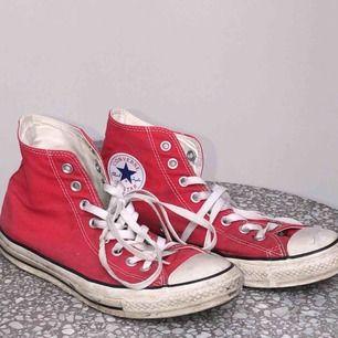 röda converse i storlek 41! använda men gott skick:)