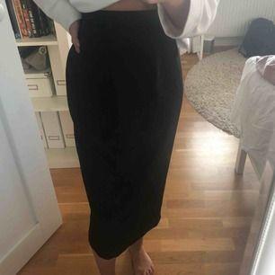 Bilderna gör inte kjolen riktigt rättvisa men den är verkligen super fin! Svart kjol som går ner över knäna, i siden likt material.😜🤍⚡️