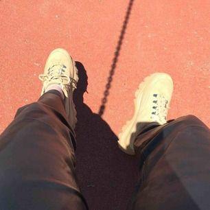 Säljer dessa sjuuukt snygga skorna från Boohoo! Endast använda en gång så de är i jättebra skick🙌🏼 frakt tillkommer 💕