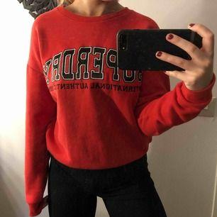 As cool old school superdry collage sweater! Endast använd 1 gång så i superbra skick. Köpt på superdry I strl. 36/S- men passar även M Nypris. Ca 700kr Köparen står för eventuell frakt