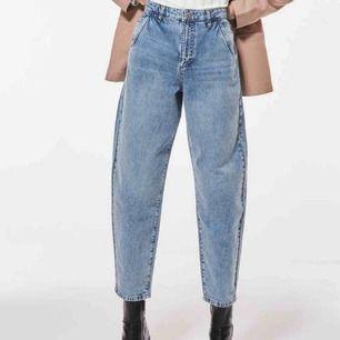 Ett par Mom jeans från Gina tricot i storlek 34! Frakt: 60kr! Har endast testat dem en gång så inte alls använda men klippte av lappen. Säljs pga för små ☺️(råkade köpa fel storlek) nypris: 599