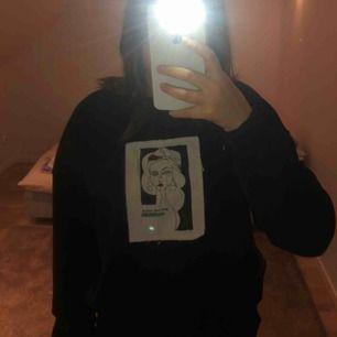 Köpt för 649 kr, säljer för 300kr !! Ur snygg svart collage tröja med påsytt tryck. (Priset kan förhandlas)
