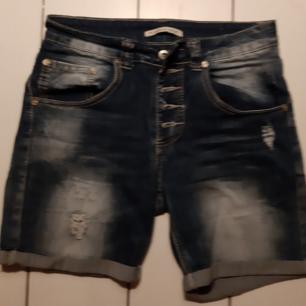 Vintage shorts från Frankrike strl 36. Samt topp ifrån märket Fira. Knappt använda.  Totalpris 150:- Fri frakt