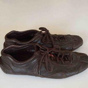 Vintage Prada Sport skor i läder.