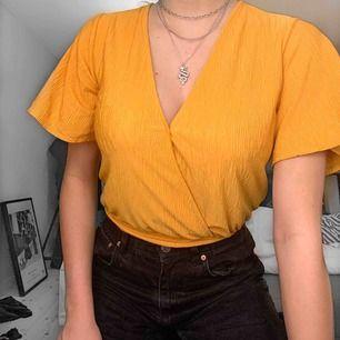 Snygg gul blus från Bershka, endast använd några få gånger! Säljer då jag inte får användning av den 💛
