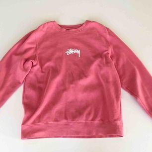 Stüssy Crewneck i rosa Inga fläckar eller hål etc