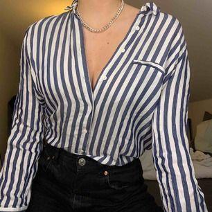 Snygg blå randig skjorta från Zara! Sälja pågrund av att den inte längre används💙