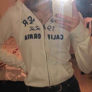 Hollister zip up hoodie i M, dock ganska liten i storlek så skulle säga att den sitter som en S.