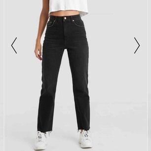 Sjukt snygga svarta jeans med fransigt där nere💖