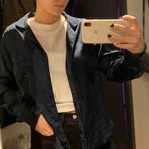Superfin mörkblå skjorta i satin från Abercrombie & fitch, jättefint skick! Storleken är S men skulle nog säga att det är S/M då skjortan är lite stor i sig.