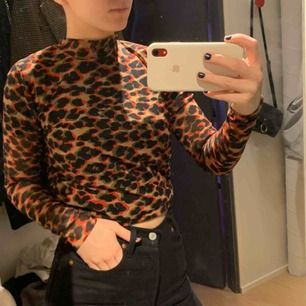 Superfin leopard tröja från Samsoe Samsoe, den är lite genomskinlig så på bilderna har jag en svart t shirt under men skulle vara fin med en brallette eller liknande. Mycket fint skick kom sällan till användning tyvärr.