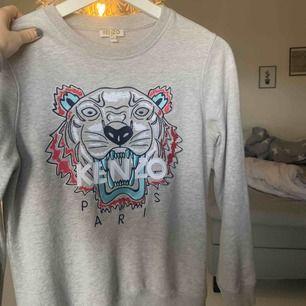 Säljer min ljusgrå Kenzo tröja som är inköpt på NK i Stockholm. Den är i barn storlek men passar xs då jag själv har small och den passar fortfarande. Den är i super fint skick.