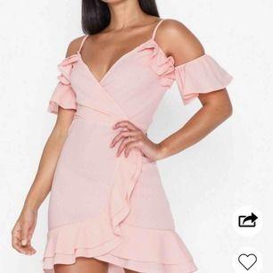 Säljer en oanvänd söt rosa klänning från Nelly