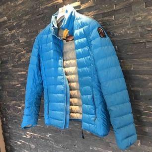 Det är en fin Parajumper jacka med bra skick, den är köpt på kidsbrandstore för 3299 kr och har inget hål eller liknande.