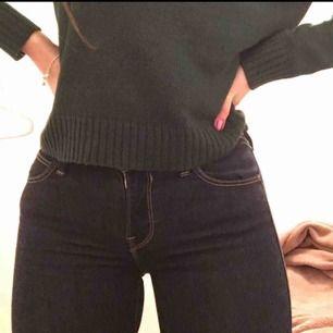 Marinblåa jeans från Lee i storlek w26, L31 (36/S)Inte använda så många gånger då storleken inte passar mig, dem är alltså i nyskick. Köpte dem på carlings för 1000kr i November.  Högst bud gäller!  Kan publicera flera bilder på jeansen ifall ni vill.