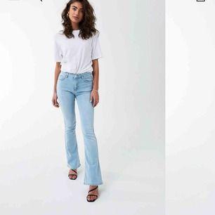 Natasha bootcut jeans från Ginatricot. I fint skick, men är uppsydda för att passa längden 160 cm. Säljer då det inte är min stil längre