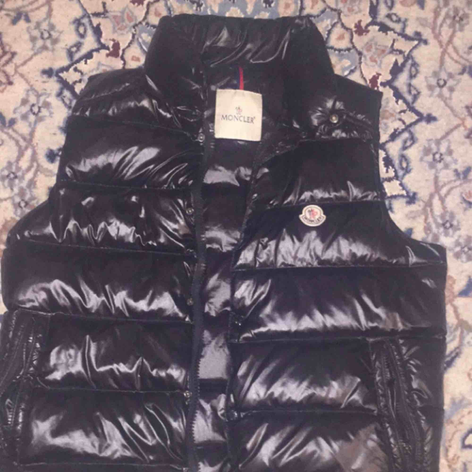 My sons old vest approximately 7 months old Bought for 5900kr Size Small but fits Medium . Övrigt.