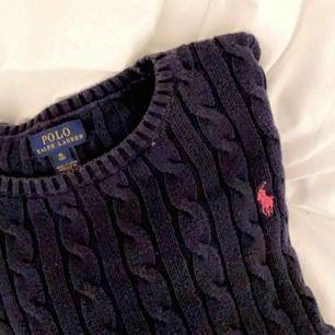 Säljer min super snygga kabelstikade tröja från polo, pgv att den inte kommer till andvändning😢😢tröjan är i storlek XL men den är väldigt liten ja har xs i alla mina kläder och den passar perfekt på mig❤️ kommentera för fler blider