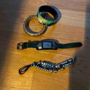 25,5 cm diesel armband skinn( passar tjej el kille) ( grön) diddi svart 21,5 cm , 2 st övriga armband. Allt i fint skick Frakt spårbart ca 60kr ( alla armband följer med som bilden visar)