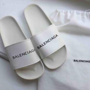 Balenciaga tofflor / slippers. Kopia. Nya, helt oanvända. Längd på sulan 25.5 cm. Dustbagen ingår! Äkta kostar ca 2700 kr. ✨frakt 65 kr✨