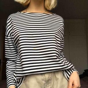 Säljer min randiga tröja från monki. Jag är en S-storlek vanligtvis men ville ha denna lite större.