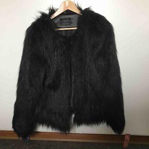 Svart fake fur-jacka från ONLY.