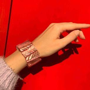 Vintage rosa armband, frakt ingår i priset. Bild 3 visas den i jämförelse med andra armband som också säljs.