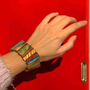 Vintage flerfärgat armband, frakt ingår i priset. Bild 3 visas den i jämförelse med andra armband som också säljs.