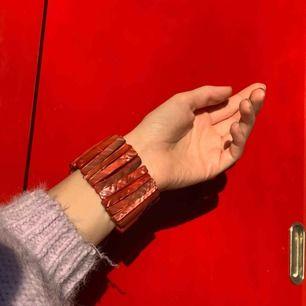 Vintage korall armband, frakt ingår i priset. Bild 3 visas den i jämförelse med andra armband som också säljs.