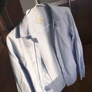 En mycket fin ljusblå skjorta från boomerang, väldigt fint skick!  Frakt ingår samt extraknappar