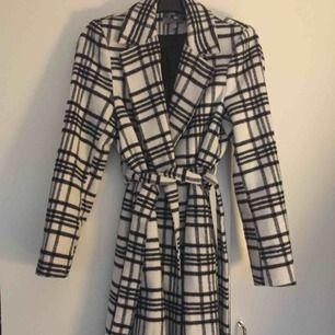 Säljer denna långa kappa ifrån HM, storlek 34, använd två gånger, så gott som ny. Inköpt för 1200kr.