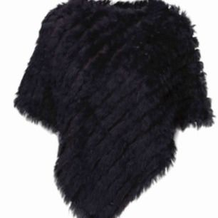 Säljer denna kaninpäls poncho som är använd fåtal gånger. Inköpt för 3000kr i Sturegallerian. One size så passar alla.