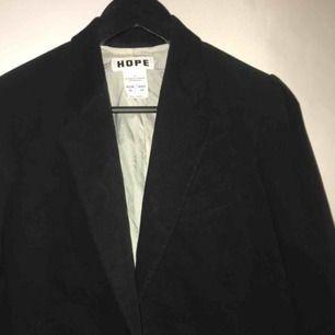 Fin svart Manchesterkavaj/jacka med ljust siden innanför. Köptes från Hope 1 år sedan, använd men i mycket bra skick.