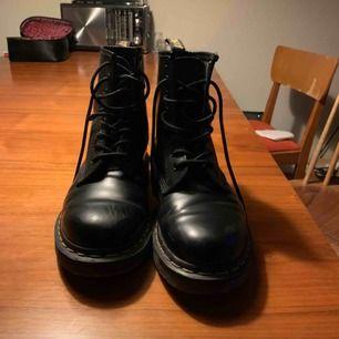 """Dr martens strl 38. Repa"""" på höger skor (se bild) som kommit till i en flytt tyvärr men annars är dom använda 4 gånger och går att fixa till med någon behandling."""