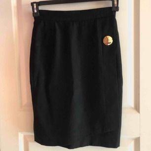 Yves Saint Laurent kjol från 80-talet. Köpt på en exklusiv Vintage butik på Franska rivieran. Jättefint bevarad. OBS. Franska storlekar är väldigt små så 38 motsvarar ungefär XS. ❣️