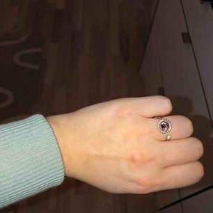 Ring från Lily and Rose i otroligt bra skick, ringen är inte använd och köpt till ett betydligt dyrare pris.