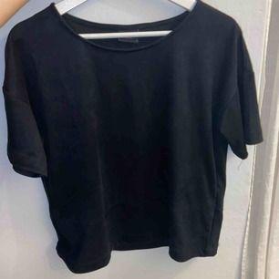 """Snygg, mer oversized, T-shirt o """"mocka""""-liknande material! Använd ca 2 gånger!"""