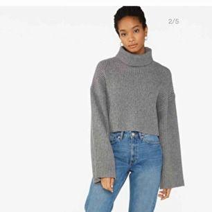 Gråa stickad polotröja tröja. Kortare modell. Fina vida ärmar. Använd fåtal gånger. Sticks inte. Köpare står för frakt (66kr) 💞