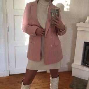 Garderobsrensning! Jättefin rosa blazer från New Yorker. Den är aldrig använd. står 38 i men mer som en 36 skulle jag säga! Priset är inklusive frakt🥰