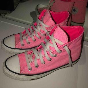 Säljer ett par helt oanvända (endast provade) nion rosa converse skor, stl 36,5