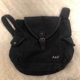 Navyfärgad ryggsäck från abercrombie & Fitch ✨✨